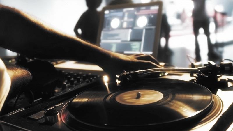 dj-with-vinyl-artistic-wallpaper-3659-1